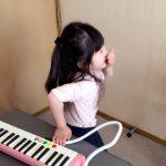 ピアノを習っていなくても、小学校の音楽の授業で鍵盤ハーモニカが弾けるようになります