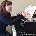 オペラから昭和歌謡まで 癒し系お笑いキャラの坂井先生のレッスンは笑顔が絶えません