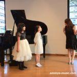 歌ガールたちの歌声とパフォーマンスにグズっていた子も聴き入ります