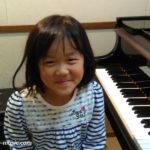 ピアノを習い始めて1年半のAちゃんは、おうちの練習で技術も心も成長しました