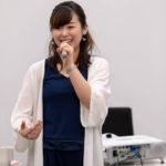 テーマパークのアクトレスとして活躍した小松萌先生の歌声は力強く、聴く人を惹きつける魅力に満ちています