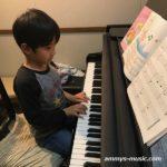 鍵盤ハーモニカをマスターしたK君はピアノレッスンに進んでとっても楽しそう