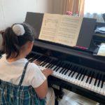 お子さまのピアノレッスンは基礎練習や作曲家のエピソード、カードを使って生徒さんを飽きさせない工夫をしています