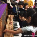 ピアノ博士と一緒にピアノを分解して音の鳴る仕組みを探検しました