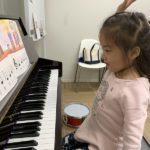 幕張ベイパーク教室でピアノを習い始めたJちゃんは休符が出てくるとグーで『うん!!』と手をあげてくれます