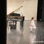 演奏後のさまざまな表情は広い舞台でひとり弾き終えた証です